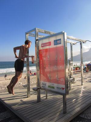 Fitness der Schönheit und des Gesehenwerdens wegen. Der Strand von Ipanema erinnert irgendwie an den Strand von Venice in Los Angeles. Irgendwie sehr.