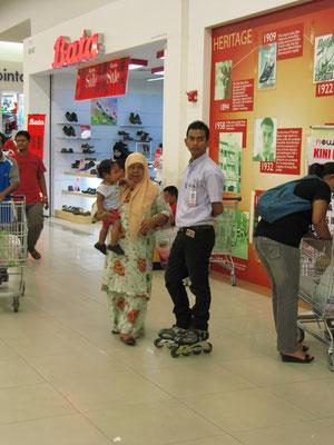 Mobiler Verkäufer im Supermarkt.