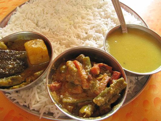 Unser ersten Thali. Als Thali wird in der indischen Küche eine Mahlzeit bezeichnet, die aus verschiedenen, regional unterschiedlichen Bestandteilen zusammengestellt wird.