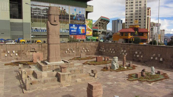 Inkaskulpturenausstellung vor dem Olympiastadion.