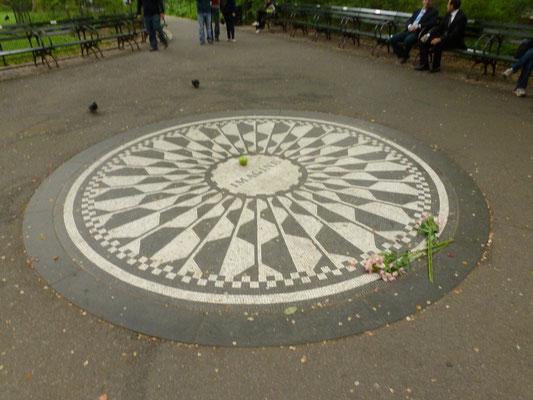 Besonderes Merkmal der Strawberry Fields ist das von Yoko Ono gestaltete und von italienischen Handwerkern ausgeführte kreisrunde Mosaik aus schwarzen und weißen Steinchen.