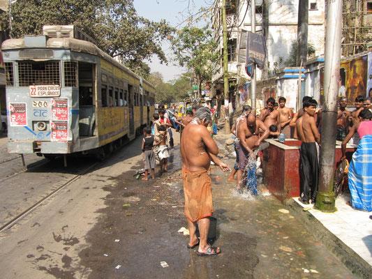 Öffentliche Dusche auf dem Bürgersteig.
