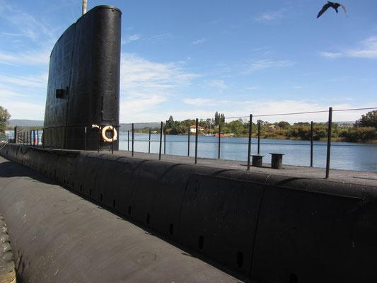 Ein U-Boot im Rio Valdivia dient den Touristen als Fotomotiv.