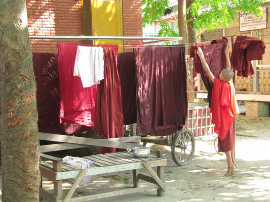 Robentrocknen im Mahagandayon-Kloster. (Amarapura)