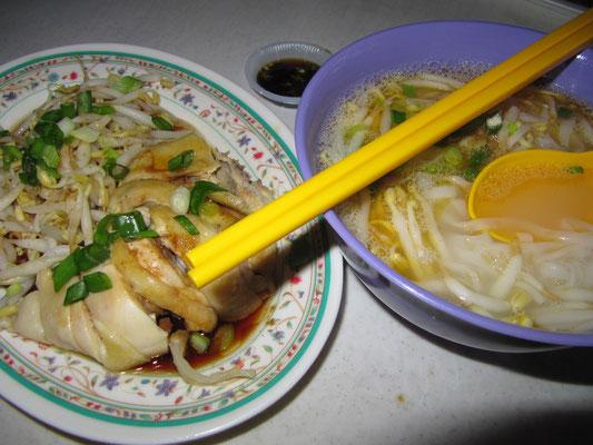 Berühmtes Ipoh-Hühnchen mit den noch berühmteren Sojabohnensprossen, dazu Nudesuppe, natürlich auch mit den weltbesten Sojabohnensprossen & Hühnchen.