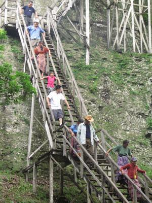 Einheimische Touristen steigen von Templo II ab.