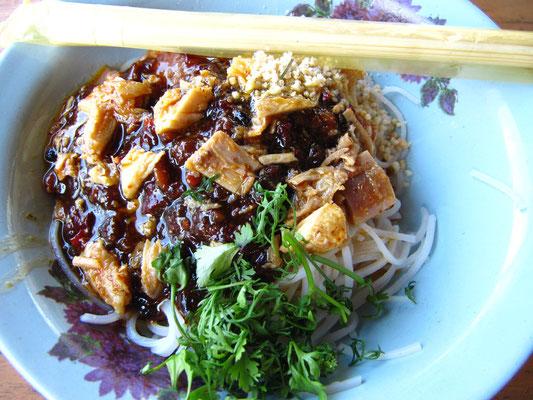 Kalte Reisnudeln mit Erdnüssen in Bohnensoße. Der Klassiker ist halt auch billig... und nahrhaft.