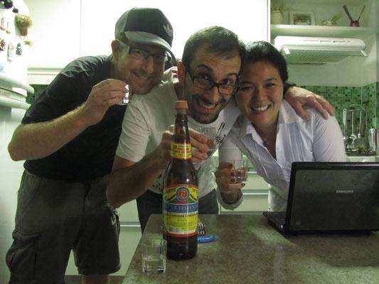Einen Cachaca-Shot zuhause mit unseren Gastgebern.
