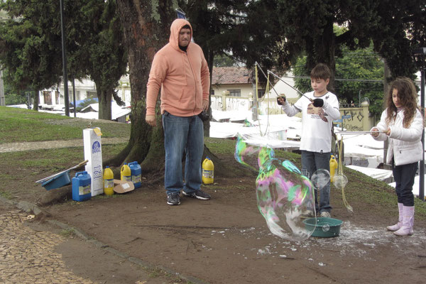 Seifenblasenkinder vor dem Wochenendmarkt. (Largo da Ordem)