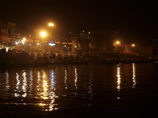 Die allabendliche Zeremonie zur Verehrung der Mutter Ganga (Fluß Ganges) vom Ganges aus fotografiert.