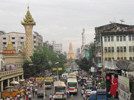 Die Mahabandoola-Straße mit Clocktower (links) und Sule Paya (hinten).