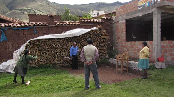 Einheimische Gäste beim Sapo spielen.