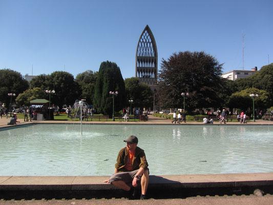Plaza de Armas mit der modernen Kathedrale im Hintergrund.