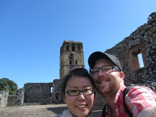 Vor den Ruinen der Kathedrale. 1671 wurde die Stadt durch den Überfall von Henry Morgan zerstört und danach in das heutige Stadtgebiet mit ihrem neuen Kern Casco viejo verlegt.
