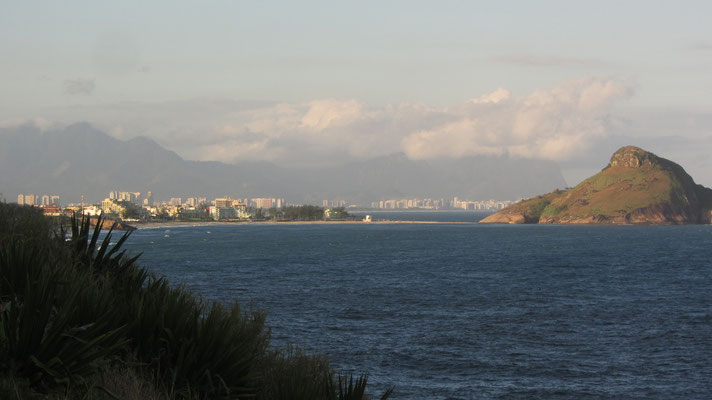 Das Umland ist wie Rio selbst von vielen grünen Hügeln und Wasser umgeben. Rechts im Hintergrund ist die Skyline der Stadt zu erkennen.
