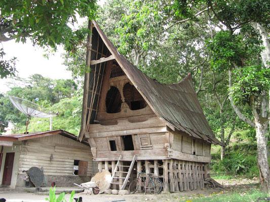 Ein traditionelles Batakhaus in verlassenem Zustand.