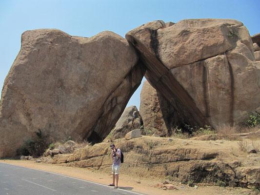 Die Schwestern-Steine. Uns wurde erzählt, dass sich der rechte Fels erst zwei Tage zuvor gespalten hat.
