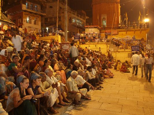 Schaulustige, Touristen und Pilger bei der Ganga Aarti Zeremonie.