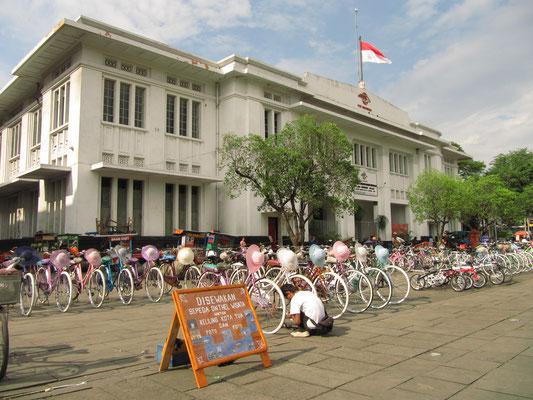 """Leihräder auf dem Taman Fatahillah in Batavia, dem """"alten"""" Jakarta."""
