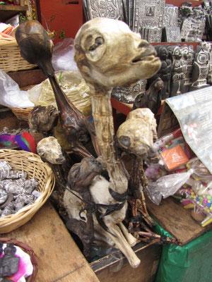 Ein Lamafötus wird traditionell unter eine neus Haus vergraben um die Erd-Mutter (Pachamama) wohl zu stimmen.