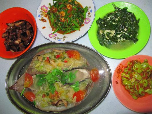 "Gedünsteter Rochen nach Teow Chew Art, Sambal Petai (""Baumbohnen""), Kangkung Belacan, Weiteres Gemüse & in süß-pikanter Schweineschmorbraten."