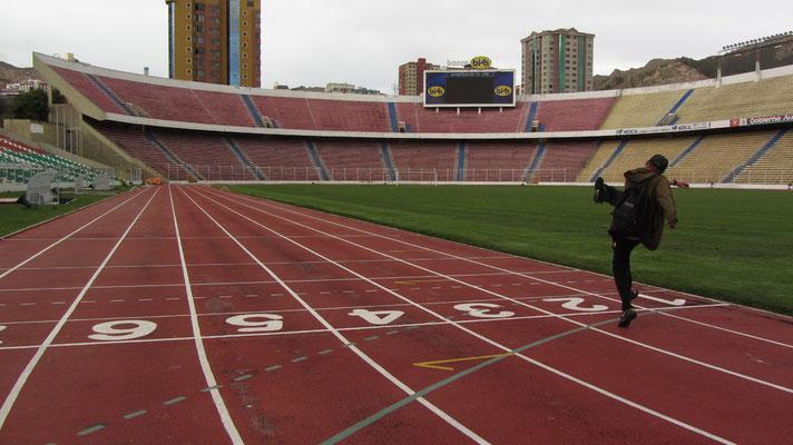Im Jahr 1931 fand die Einweihung des Stadions statt. Die Spielfläche ist 105 Meter lang und 68 Meter breit. Das Stadion liegt auf einer Höhe von 3.637 m und ist so eines der höchstgelegenen Stadien der Erde.