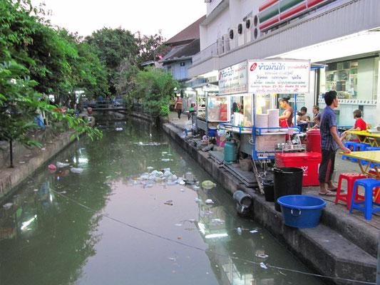 Praktisch so eine offene Kanalisation. Oder ist das hier ein normaler Kanal?