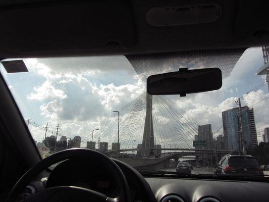 Mit dem Auto durch die Stadt. vor uns die Octavio-Frias-de-Oliveira-Brücke.