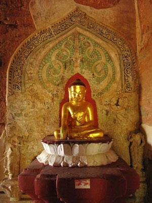 Goldene Buddhastatue. (Sulamani Pahto)
