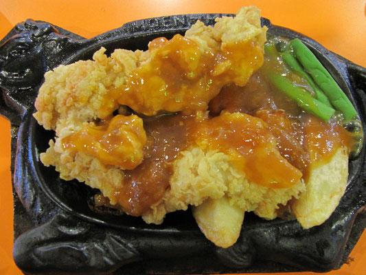 Sizzler: Knusprig panierte Hühnchenbrust, Kartoffelschnitzen und Grillgemüse.