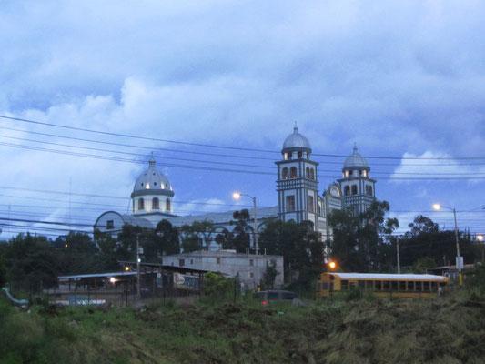Dank Luis, unserem Gastgeber, logierten wir mit Blick auf die wichtigste Kirche der Hauptstadt, die gothische Basilica de Suyapa.