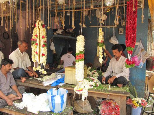 Opferschmuck in Herstellung. In Indien ein Riesenmarkt. Viele Tempel und noch weit mehr Gläubige, die diese schmücken wollen.