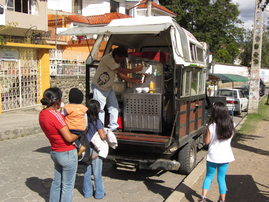 Mobiler Eiswagen findet reißenden Absatz.