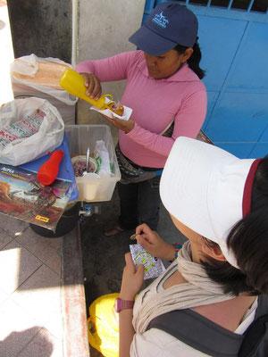 Japanerin kauft Straßenessen. Heute: Frittierter & gefüllter Kartoffelbrei.