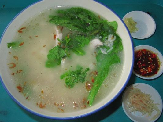 Congee (pikanter Reisbrei) mit Fisch.