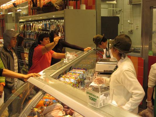 Standesgemäße Wurstverkäufer im Jumbo-Supermarkt.