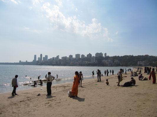 Der Chowpatty Strand mit dem Malabar Hill im Hintergrund.