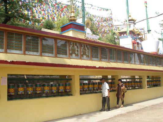 Gebetsmühlen werden beim Vorbeigehen gedreht. Die Gebete werden so versendet.