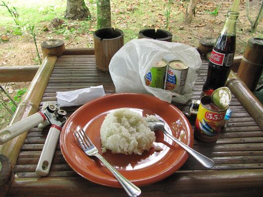 Sehr einfaches Frühstück vor unserem Bungalow.