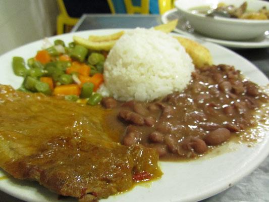 Carne Frito mit Gemüse, Bohnen, Reis und Platana (Kochbanane).