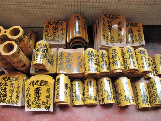 Dachzeigel, auf denen nach einer Spende Wünsche geschrieben werden bevor sie verbaut werden. (Kek Lok Si Tempel)