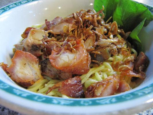 Mie Ayam, wobei das Hühnchen zubereitet wurde als wäre es Schwein.