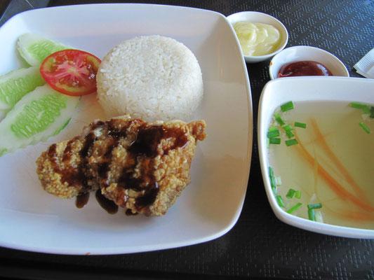 Frittiertes Hühnchen mit Soße, Reis & Suppe.