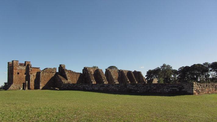 Die Ruinen der Anlage befinden sich unweit des Zentrums des modernen Ortes Trinidad und liegt 28 km von der paraguayischen Grenzstadt Encarnación entfernt.