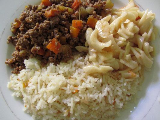 Hackleisch gebraten, Reis gebraten und Gemüse dazu. So und nicht anders.