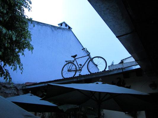 Fahrradinstallation auf dem Hausdach unseres zweiten Gästehauses.