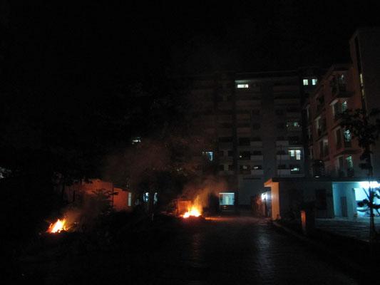 Brennendes Inferno an der Eingangsstraße zu unserem Appartementblock.