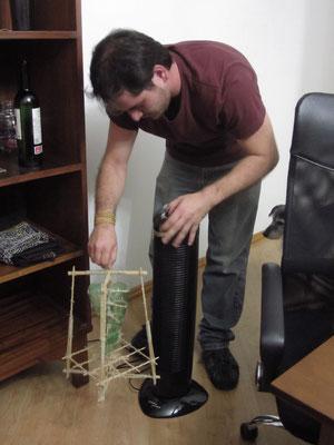 Der Gastgeber und Koch des CS-Treffens war nebenberuflicher Erfinder. Hier führt er eine seiner vielen umgesetzten Ideen vor.