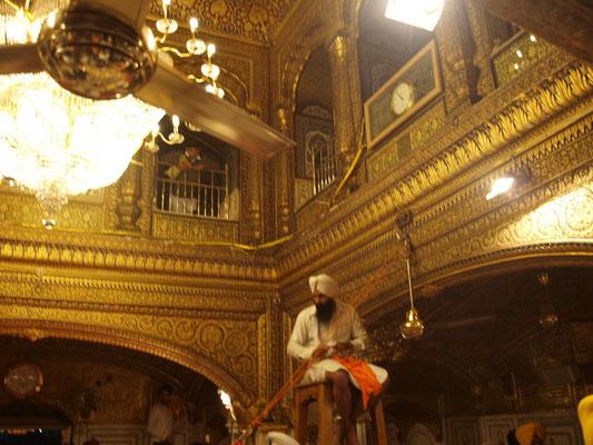 Rezitationen aus dem Heiligen Buch im Inneren des Hari Mandir. Diese Gesänge werden musikalisch untermalt und sind über Lautsprecher in der ganzen Tempelanlage zu hören, was eine eindrucksvolle Atmosphäre schafft.