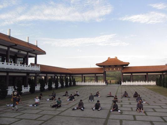 Der Tempel bietet verschiedene Meditationskurse, Sportklassen und Workshops an.